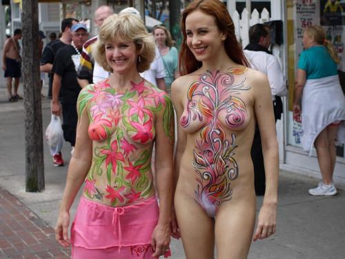 【ボディペインティング】身体にペイントを施して街を練り歩くクレイジーな陽キャ外人ネキのエロ画像・8枚目