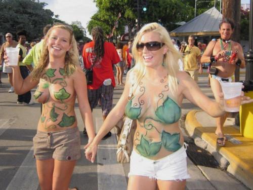 【ボディペインティング】身体にペイントを施して街を練り歩くクレイジーな陽キャ外人ネキのエロ画像・16枚目
