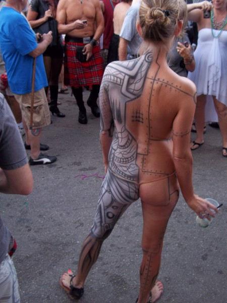 【ボディペインティング】身体にペイントを施して街を練り歩くクレイジーな陽キャ外人ネキのエロ画像・18枚目