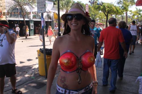 【ボディペインティング】身体にペイントを施して街を練り歩くクレイジーな陽キャ外人ネキのエロ画像・23枚目