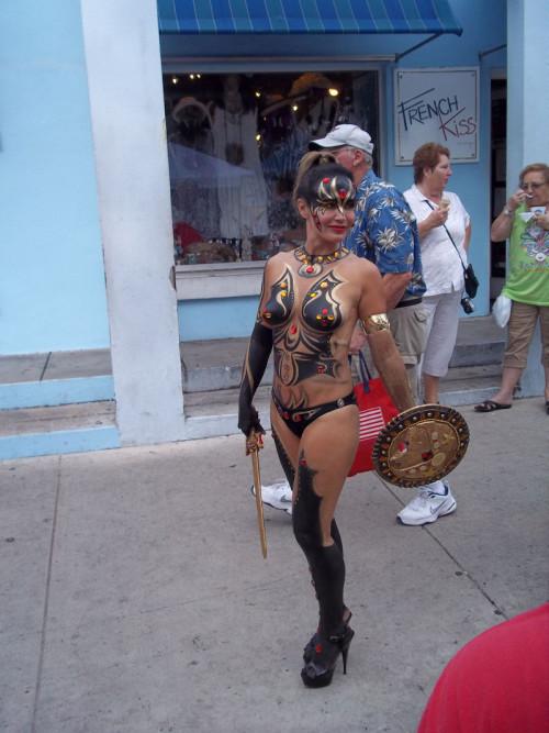 【ボディペインティング】身体にペイントを施して街を練り歩くクレイジーな陽キャ外人ネキのエロ画像・26枚目
