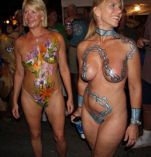 【ボディペインティング】身体にペイントを施して街を練り歩くクレイジーな陽キャ外人ネキのエロ画像・28枚目