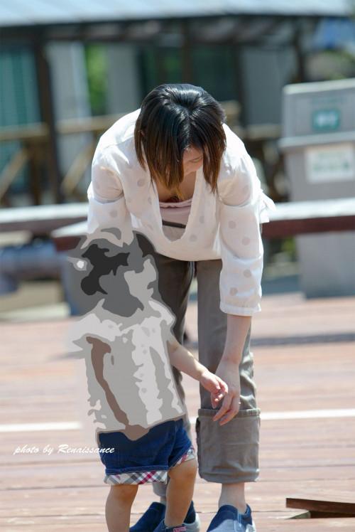 【谷間おっぱい盗撮】胸元ざっくりで前屈みになった瞬間を捉えた街撮り谷間エロ画像・14枚目