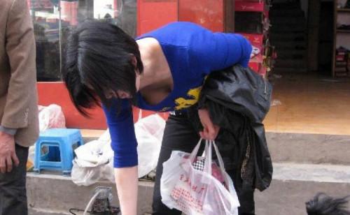 【谷間おっぱい盗撮】胸元ざっくりで前屈みになった瞬間を捉えた街撮り谷間エロ画像・21枚目