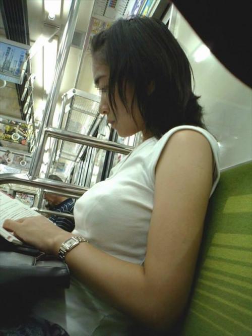 【電車おっぱい】ギリギリ見つかっても捕まらない電車内着衣巨乳盗撮のエロ画像・2枚目