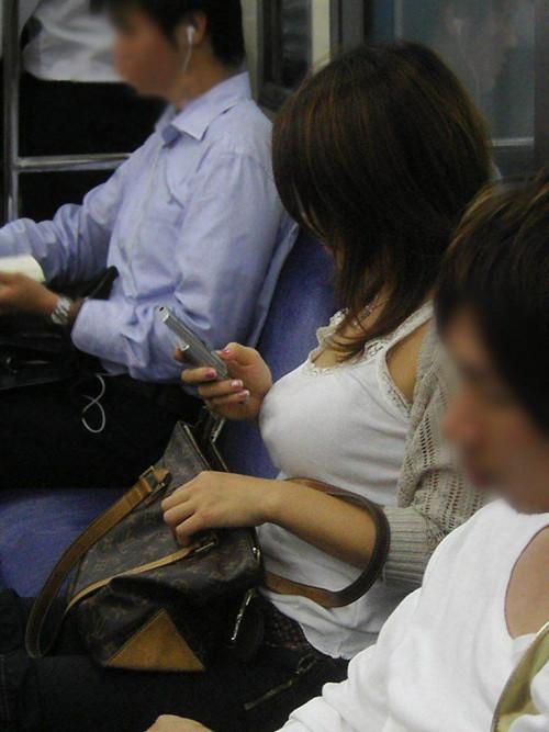 【電車おっぱい】ギリギリ見つかっても捕まらない電車内着衣巨乳盗撮のエロ画像・13枚目