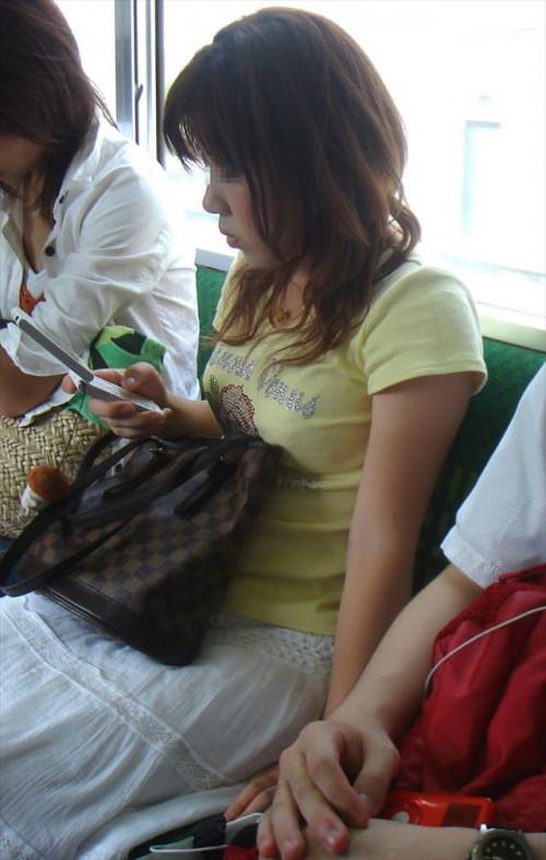 【電車おっぱい】ギリギリ見つかっても捕まらない電車内着衣巨乳盗撮のエロ画像・17枚目