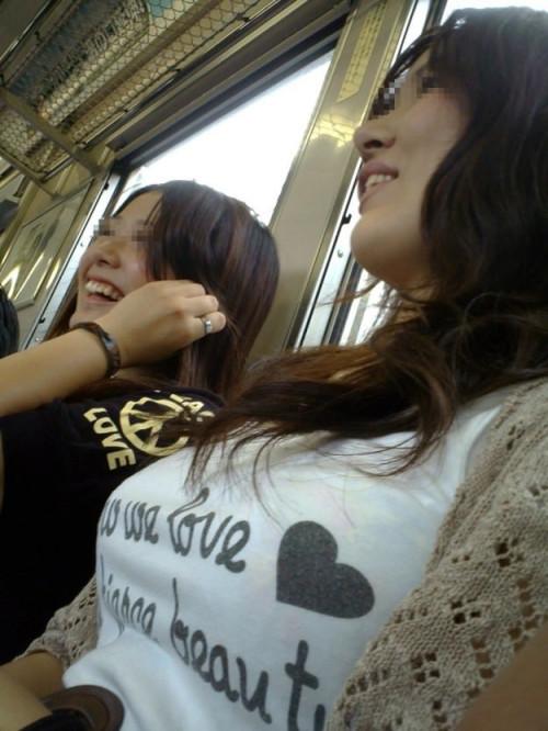 【電車おっぱい】ギリギリ見つかっても捕まらない電車内着衣巨乳盗撮のエロ画像・20枚目