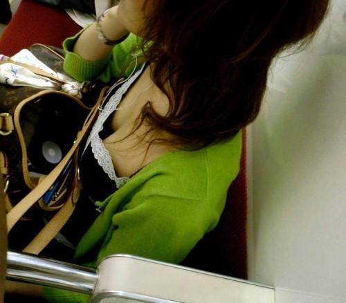 【電車おっぱい】ギリギリ見つかっても捕まらない電車内着衣巨乳盗撮のエロ画像・21枚目