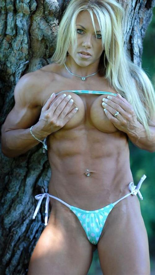 【筋肉女子】ガチの逆レイプも決して夢じゃないレベル、外国人マッスル女子のエロ画像・17枚目