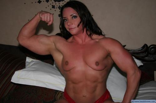 【筋肉女子】ガチの逆レイプも決して夢じゃないレベル、外国人マッスル女子のエロ画像・23枚目