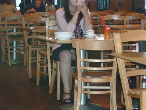 【テーブル下盗撮】店のテーブル下から女の子のパンツをこっそり盗撮してるアンダーtheテーブルのエロ画像・7枚目
