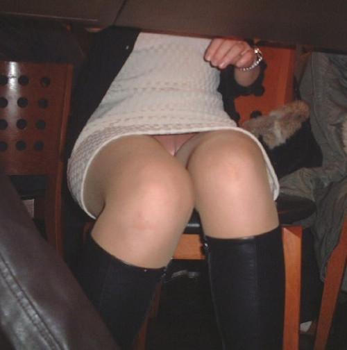 【テーブル下盗撮】店のテーブル下から女の子のパンツをこっそり盗撮してるアンダーtheテーブルのエロ画像・11枚目