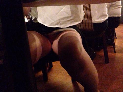 【テーブル下盗撮】店のテーブル下から女の子のパンツをこっそり盗撮してるアンダーtheテーブルのエロ画像・13枚目