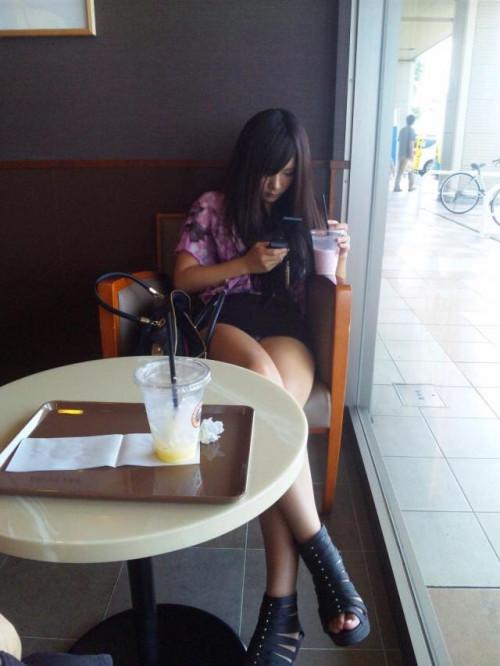 【テーブル下盗撮】店のテーブル下から女の子のパンツをこっそり盗撮してるアンダーtheテーブルのエロ画像・15枚目