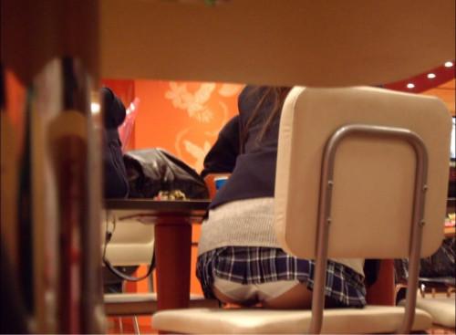 【テーブル下盗撮】店のテーブル下から女の子のパンツをこっそり盗撮してるアンダーtheテーブルのエロ画像・28枚目