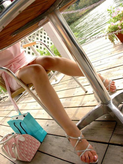 【テーブル下盗撮】店のテーブル下から女の子のパンツをこっそり盗撮してるアンダーtheテーブルのエロ画像・30枚目